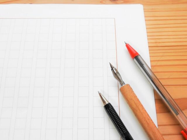 原稿とペンの写真